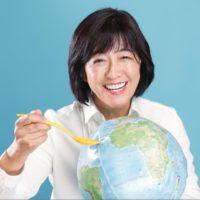 全世界の子供達を救おう!と地球儀を持っている画像です。